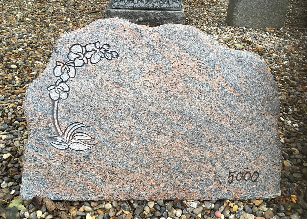 gravsten med orchide
